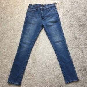 Akira size 30, women medium wash skinnies - NWT